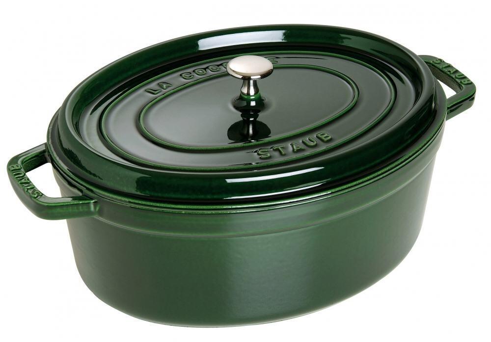 Staub Cocotte oval aus Gusseisen in basilikumgrün