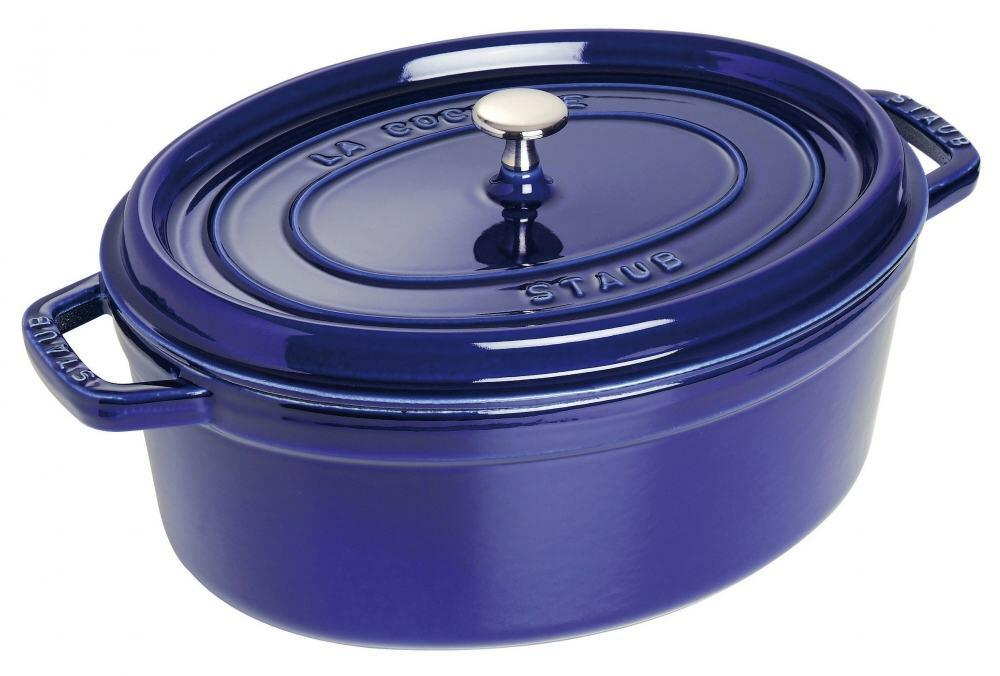 Staub Cocotte oval aus Gusseisen in dunkelblau