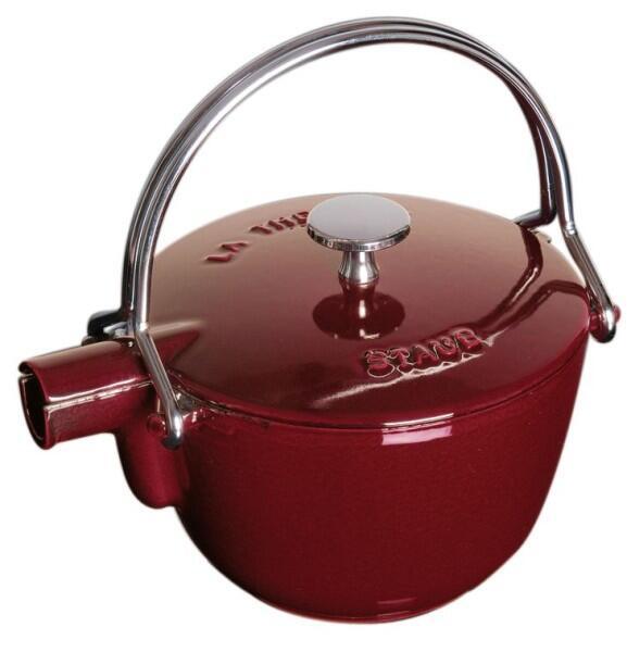 Staub Teekanne und Wasserkessel aus Gusseisen in grenadine