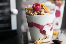 Zitronen-Vanillejoghurt mit Erdbeeren und Minze
