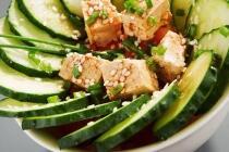 Salat von Champignons mit gebratenen Garnelen in asiatischer Vinaigrette
