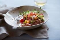 Quinoa-Avacado-Salat mit Granatapfelkernen und Walnüssen