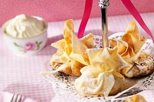 Apfelstrudel serviert im Täschchen