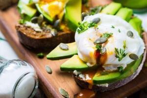 Avocado-Brot mit Ei