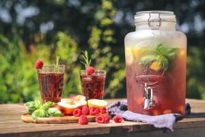 Himbeer-Pfirsich-Wasser mit Limette
