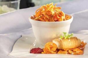 Kohlrabi-Päckchen mit Tofu, Süßkartoffelchips und Rote-Bete-Dip