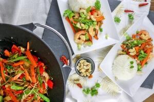 Pfannengerührtes Gemüse mit frischen Garnelen