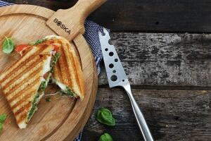 Toast Caprese mit grünem Pesto