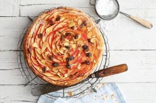Bratapfel-Tarte mit Mandeln und Rum-Rosinen
