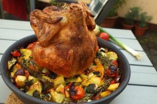 Grillhähnchen mit Kartoffelspalten und gemischtem Gemüse