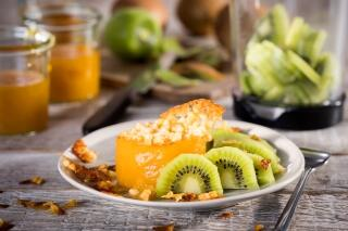 Kiwi mit Passionsfruchtpudding und Krokant