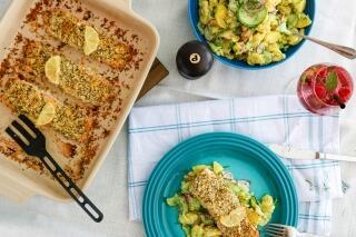 Ofenlachs mit Honig-Senf-Kruste auf Kartoffel-Gurkensalat