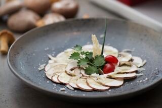 Champignon-Carpaccio mit Korianderpesto und Parmesanhippe