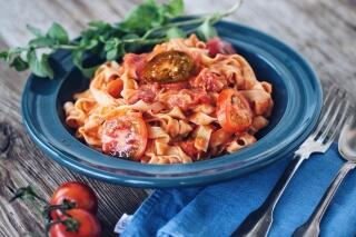 Selbstgemachte Pasta mit dreierlei Tomatensauce