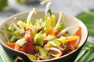 Asiatischer Gemüsesalat mit Sojasprossen