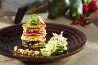 Tofu-Törtchen mit Avocado und Gurkensalat