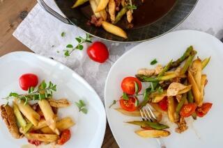 Zweierlei Spargel mit Hühnchen im Balsamicosud