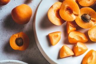 Aprikosen-Konfitüre mit Lavendelzweigen