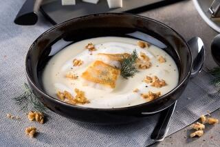Sellerie-Wallnuss-Suppe mit gebratenem Zanderfilet