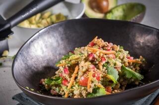 Quinoa-Avocado-Salat mit Granatapfelkernen und Walnüssen