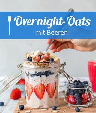 Overnight Oats mit Beeren im Glas