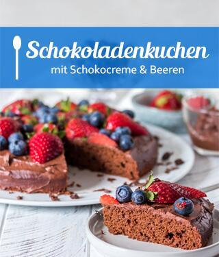 Schokoladenkuchen mit Schokocreme und Beeren