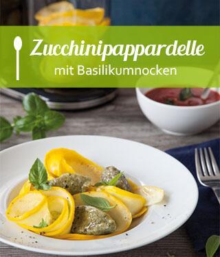 Zucchinipappardelle mit Basilikumnocken und Tomatensauce