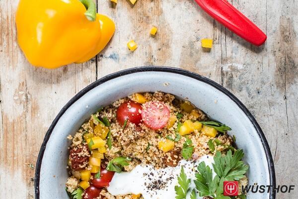 Couscous mit Harissa, Datteln und Tomaten