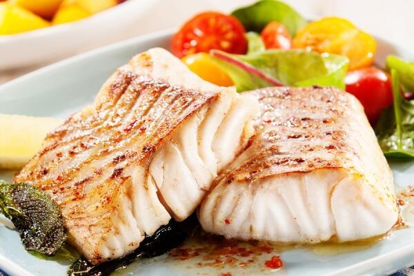 Gegrilltes Fischfilet mit Ananassalat