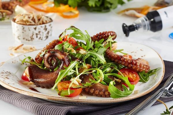 Pulpo Sous-vide mit Rucola, Mandeln und Kirschtomaten