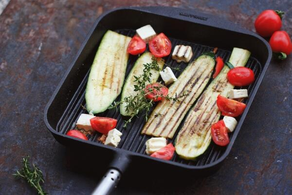 Gegrillte Zucchini mit Feta & Tomaten