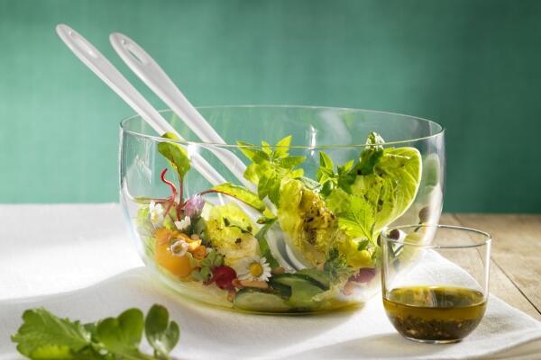 Blattsalat mit Kräutern und essbaren Blüten