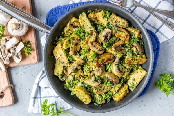 Schnelle Maultaschenpfanne mit Spinat und Champignons