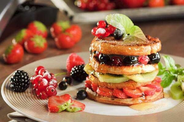Pancake-Türmchen mit frischen Früchten