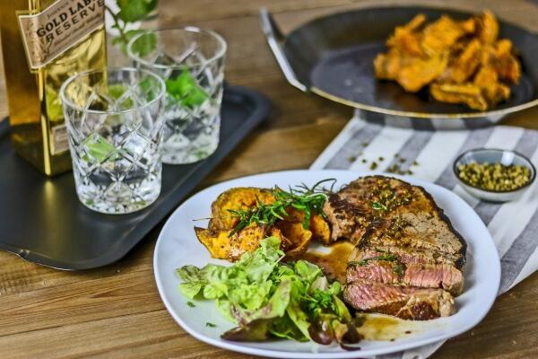 Rinderhüftsteak in Whisky-Pfeffer-Soße mit Süßkartoffel Wedges & Salat