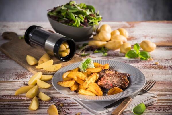 Entrecôte-Steaks mit knusprigen Mini-Wedges und Basilikumdip