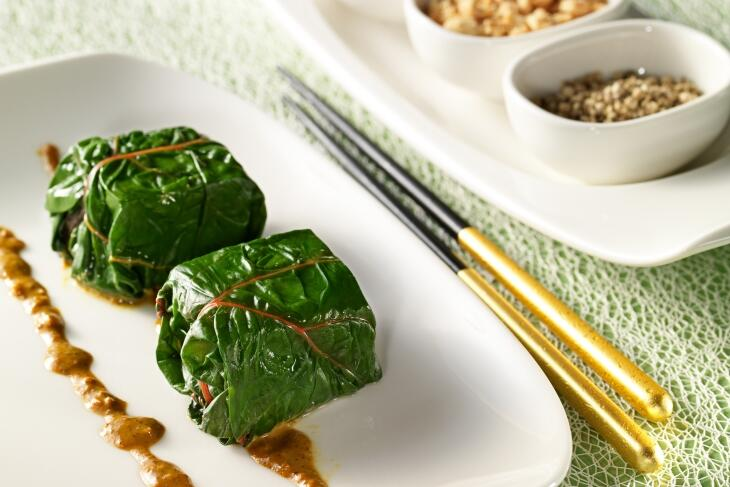 Gedämpfter Tofu im Mangoldblatt