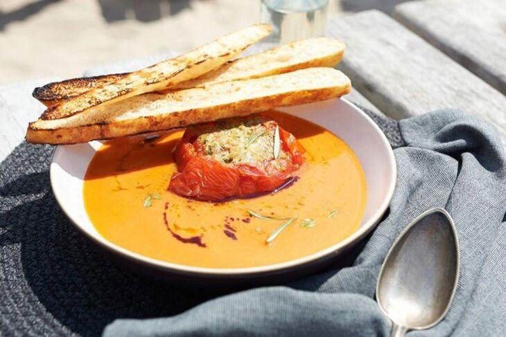 Geeiste Gemüsesuppe mit Grilltomate und Röstbrot