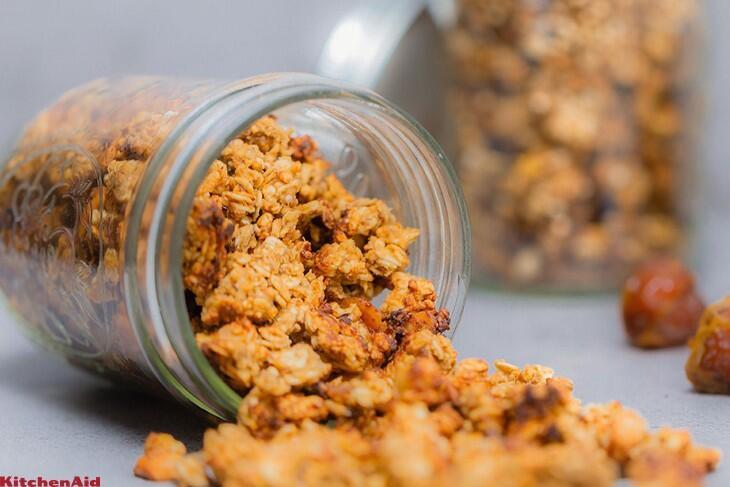Gesalzenes Karamell-Erdnussbutter-Granola