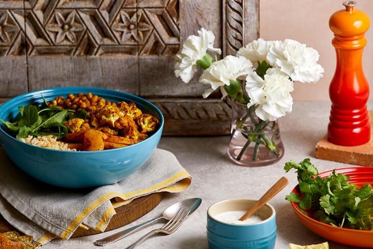 Buddha Bowl mit gebratenem Curry-Blumenkohl und Butternut-Kürbis