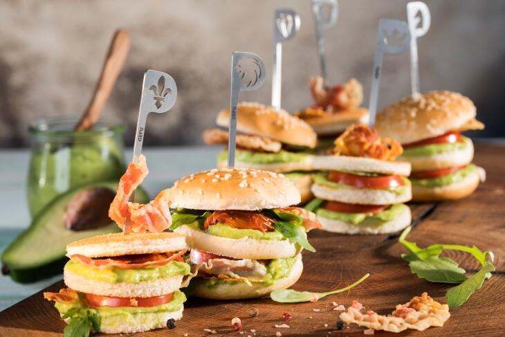 Mini Burger und Mini Tramezzini mit Avocado und Pancetta