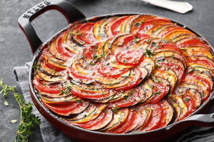 Würziges Ratatouille-Gemüse aus dem Ofen mit Fetakäse