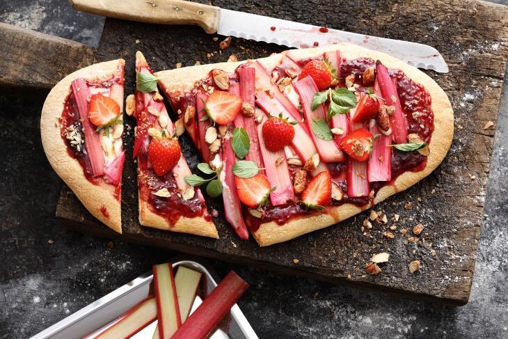Gegrillte Pizza mit Rhabarber und Erdbeeren