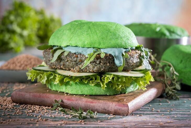Grüner Veggie-Burger mit Quinoa-Patty und Wasabi-Mayonnaise