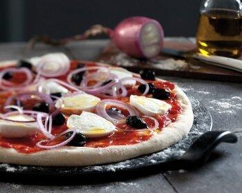 Emile Henry Pizzasteine aus Flame®-Keramik - Backen, schneiden und servieren von Pizza