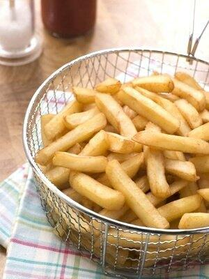 Frittieren knuspriger, goldgelber Pommes Frites